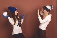 2 девушки подростка в одеждах зимы Стоковое фото RF