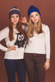 2 девушки подростка в теплых одеждах Стоковое фото RF