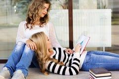 2 девушки подростка с книгами Стоковые Фотографии RF
