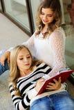 2 девушки подростка с книгами Стоковое Изображение RF