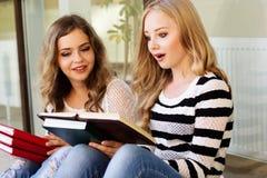 2 девушки подростка с книгами Стоковая Фотография