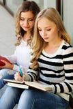 2 девушки подростка с книгами Стоковые Изображения