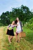 2 девушки получая готовый для пикника Стоковые Фотографии RF