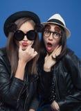 2 девушки представляя в ботинке фото Стоковое Изображение