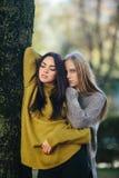 2 девушки представляя в парке Стоковое фото RF