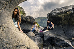 3 девушки представляя на камнях рядом с морем, Kannesteinen, Стоковое Фото