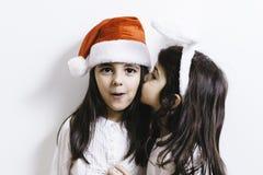 2 девушки представляя на праздники рождества и Нового Года Стоковые Изображения