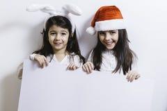 2 девушки представляя на праздники рождества и Нового Года Стоковые Изображения RF
