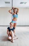 2 девушки представляя около поляка Стоковое Изображение