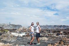 2 девушки представляя перед свалкой мусора Стоковая Фотография RF