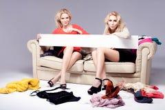 2 девушки представляя с пустой доской Стоковое Изображение