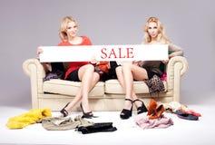 2 девушки представляя с пустой доской Стоковое Фото