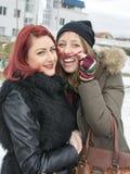 2 девушки представляя для смешного портрета в зиме Стоковые Изображения RF