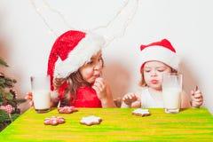 2 девушки приближают к рождественской елке Стоковое Изображение RF