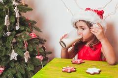2 девушки приближают к рождественской елке Стоковое фото RF