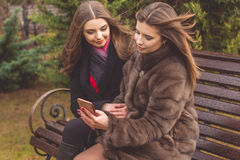 2 девушки принимают selfie с smartphone Стоковые Изображения RF