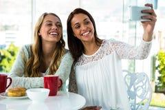 2 девушки принимают selfie Стоковые Изображения RF