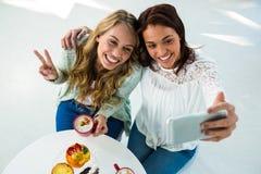 2 девушки принимают selfie Стоковая Фотография RF