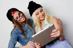 девушки принимая автопортрет с таблеткой Стоковые Фото