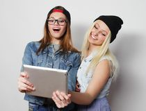 девушки принимая автопортрет с таблеткой Стоковые Фотографии RF