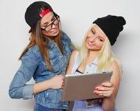 девушки принимая автопортрет с таблеткой Стоковая Фотография RF