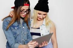 девушки принимая автопортрет с таблеткой Стоковое Фото