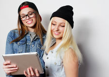 девушки принимая автопортрет с таблеткой Стоковая Фотография