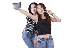 2 девушки принимая selfie в студии Стоковые Фотографии RF