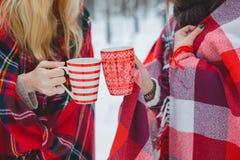 2 девушки приютили красные кружки владением шотландки Стоковое Изображение RF
