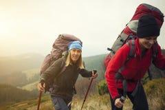 2 девушки при рюкзаки приходя через лес Стоковые Изображения