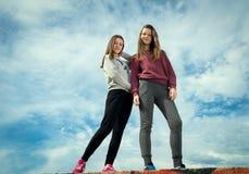 2 девушки против неба Стоковое фото RF