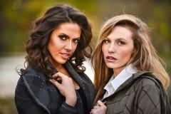 2 девушки против предпосылки природы осени Стоковая Фотография