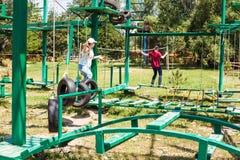 2 девушки проходят внешнюю полосу препятствий Стоковая Фотография RF
