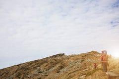 2 девушки путешествуют в горах Стоковые Изображения RF