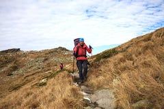 2 девушки путешествуют в горах Стоковая Фотография RF
