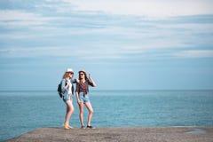 2 девушки путешествуют вдоль seashore Стоковое фото RF