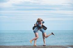 2 девушки путешествуют вдоль seashore Стоковые Изображения RF