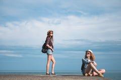 2 девушки путешествуют вдоль seashore Стоковое Фото