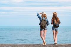 2 девушки путешествуют вдоль seashore Стоковая Фотография