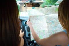 2 девушки путешествуя в автомобиле Стоковые Фото