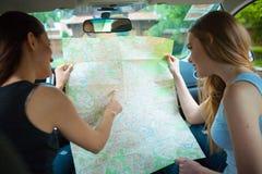 2 девушки путешествуя в автомобиле Стоковая Фотография