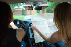 2 девушки путешествуя в автомобиле Стоковое Изображение