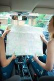 2 девушки путешествуя в автомобиле Стоковое фото RF