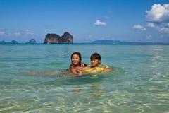 2 девушки плавая в воде на пляже Стоковая Фотография RF