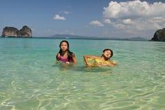 2 девушки плавая в воде на пляже Стоковое Изображение RF