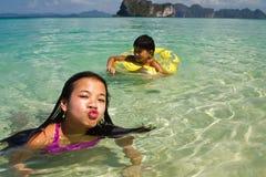 2 девушки плавая в воде на пляже Стоковые Изображения RF