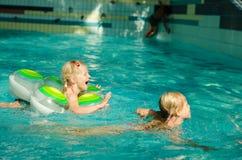 девушки плавая Стоковая Фотография
