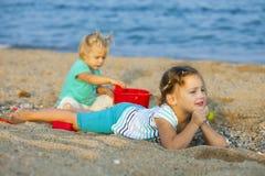 девушки пляжа немногая играя Стоковые Фотографии RF