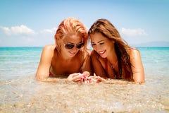 девушки 2 пляжа Стоковые Фотографии RF