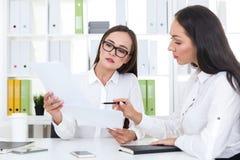 2 девушки работая в офисе Стоковое Изображение RF